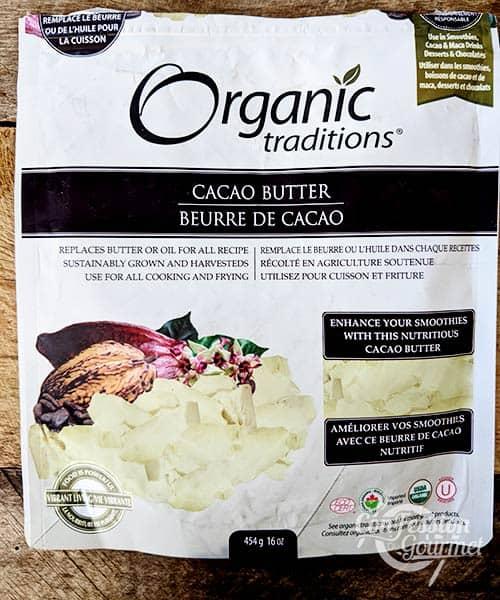 Sac de pépites de beurre de cacao sur planche de bois