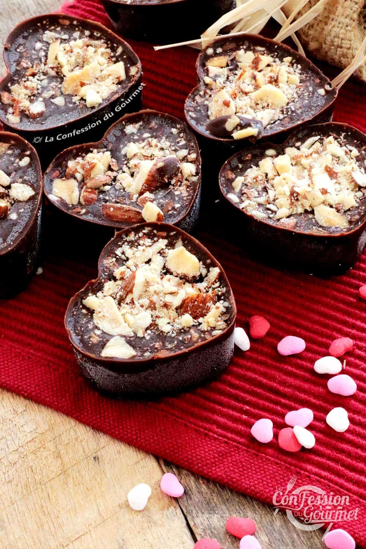 Photo verticale démontrant le chocolat sucré et salé sur napperon rouge avec petits coeurs en décoration