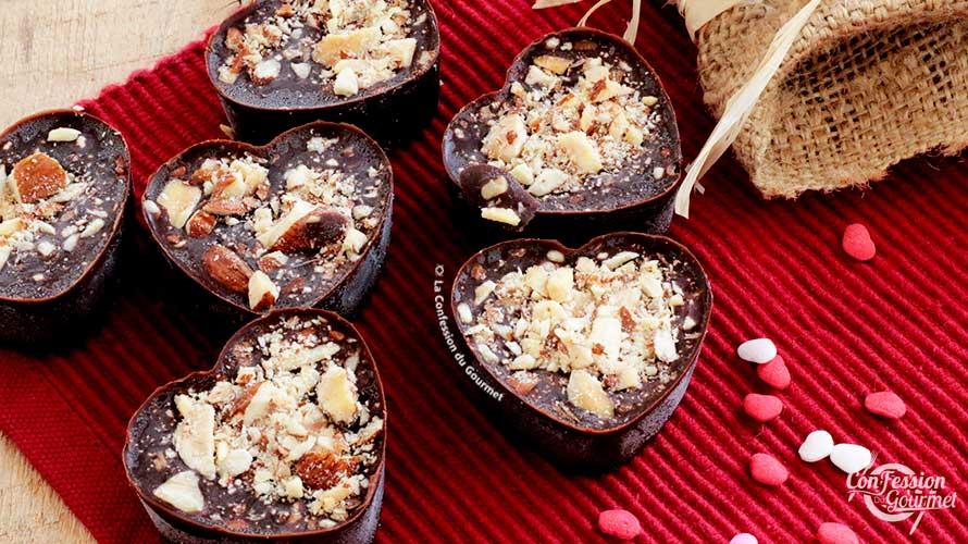 Décor de st-valentin démontrant le chocolat sucré et salé aux amandes en forme de coeur