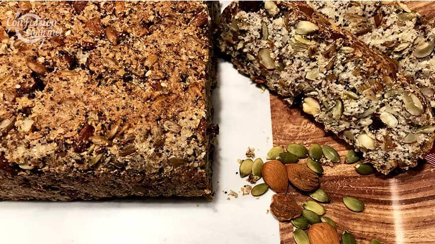 Le pain aux graines avec quelques tranches sur un plateau