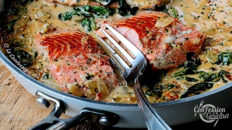 Poêle blanche avec saumon à la Toscane séparé avec une fourchette