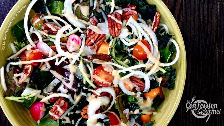 Bol de salade aux légumes variés et de vinaigrette asiatique