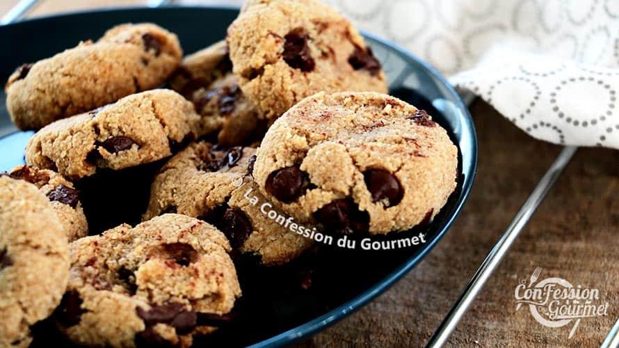 Vue de près des biscuits aux pépites de chocolat sur assiette bleue