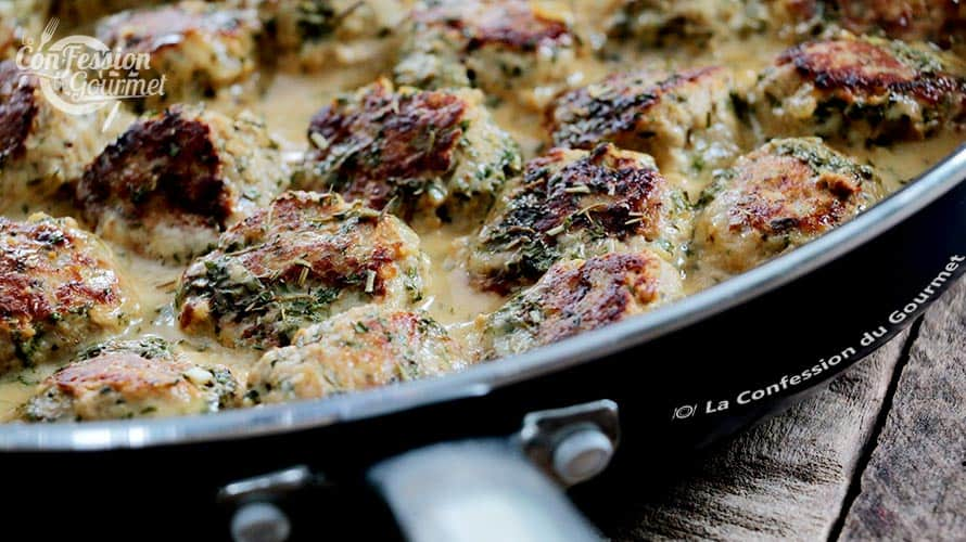 Boulettes de dinde hachées cuites dans leur sauce crémeuse dans une poêle bleu acier