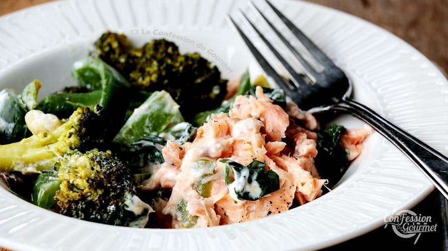 Repas cétogène de saumon farci à la crème de citron avec brocoli dans une assiette blanche