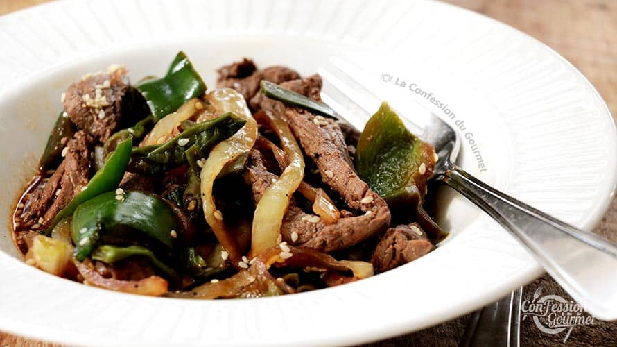 Assiette blanche de boeuf asiatique avec poivrons verts