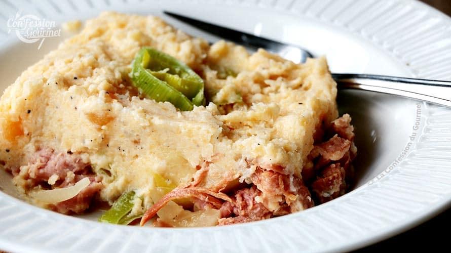 Repas cétogène de parmentier au jambon et aux poireaux dans une assiette blanche