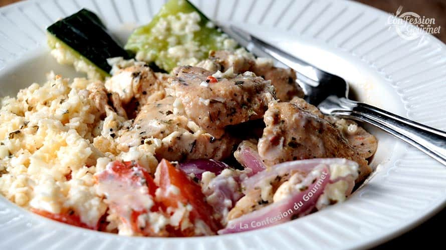 Assiette blanche contenant le bol Shawarma au poulet