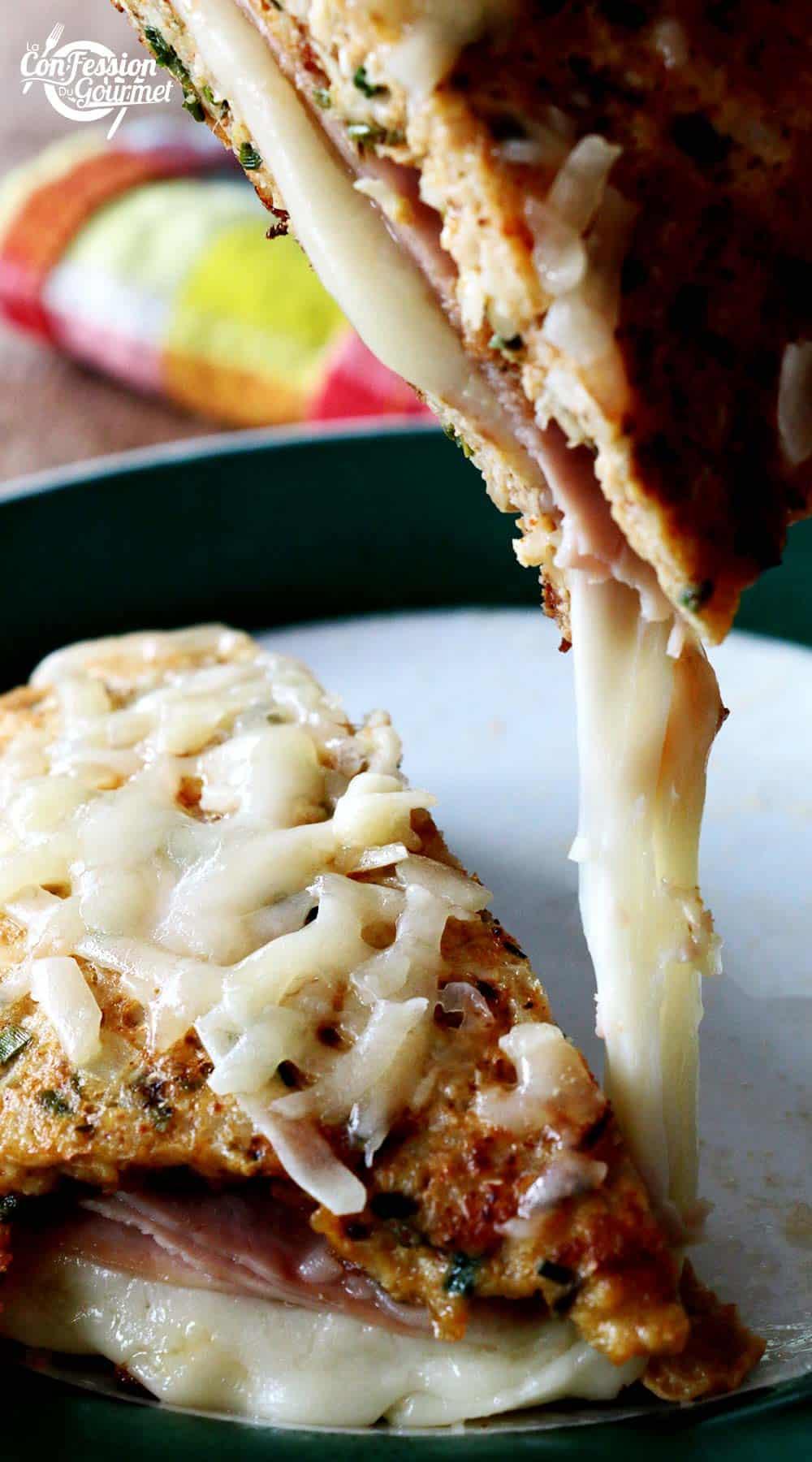 une moitié du croque-monsieur jambon retiré de l'assiette et le fromage fondant qui s'étire