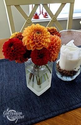 Bouquet de dahlias pompons rouge et orange brûlé