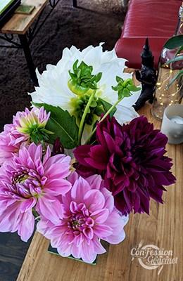 Bouquet de dahlia rose pâle, rose foncé et blanc