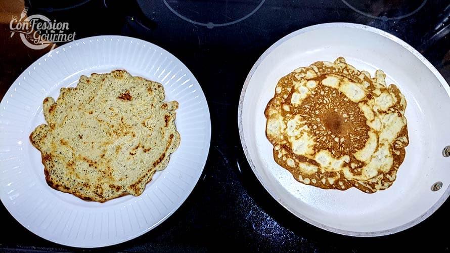 Crêpe avec cajous cuisant dans la poêle et assiette blanche contenant une crêpe déjà cuite