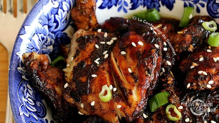 Assiette bleue royale contenant le poulet balsamique